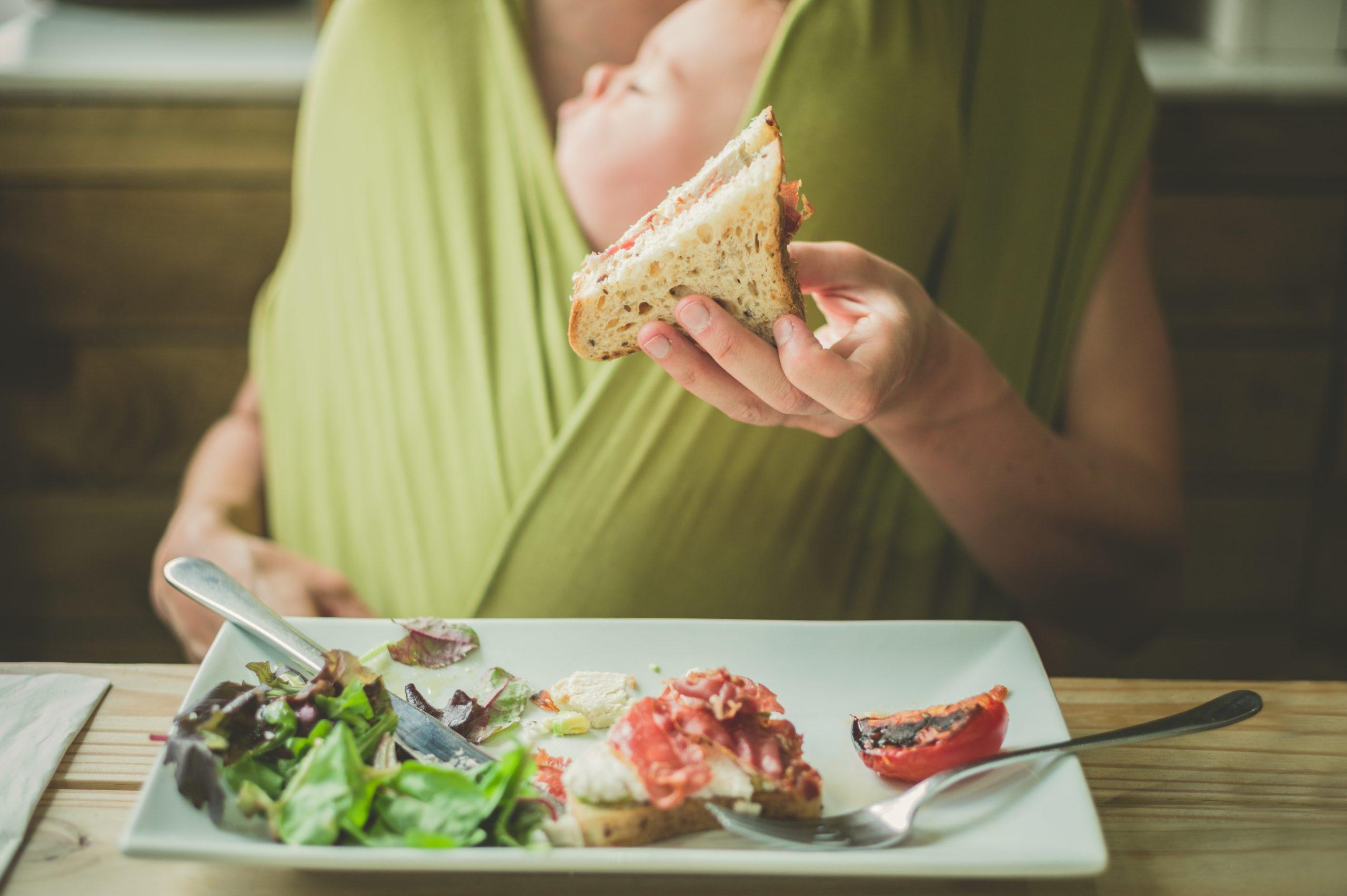 Czy to, co je mama, wpływa na kolki dziecka? Co jeść, by ich unikać?
