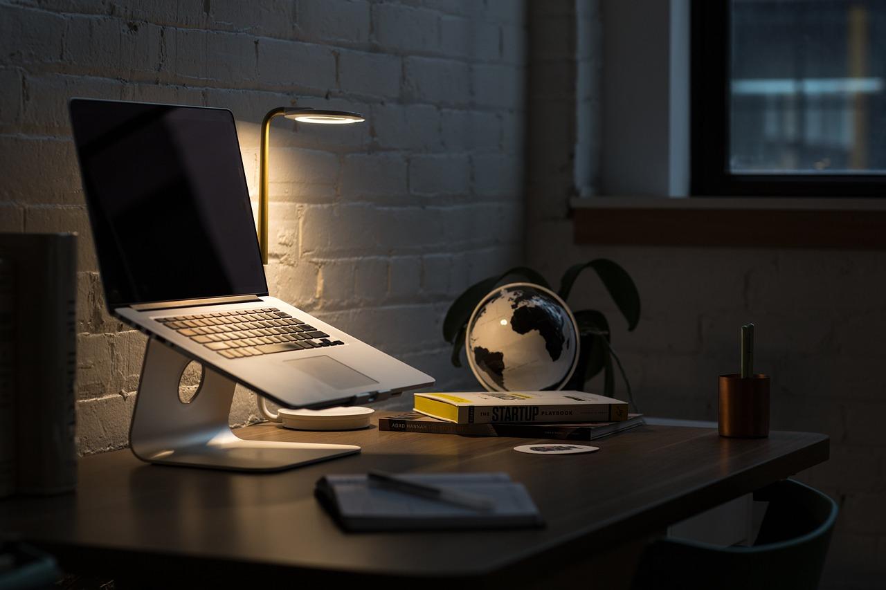 Jakie biurko dla starszego dziecka, do nauki i korzystania z komputera?