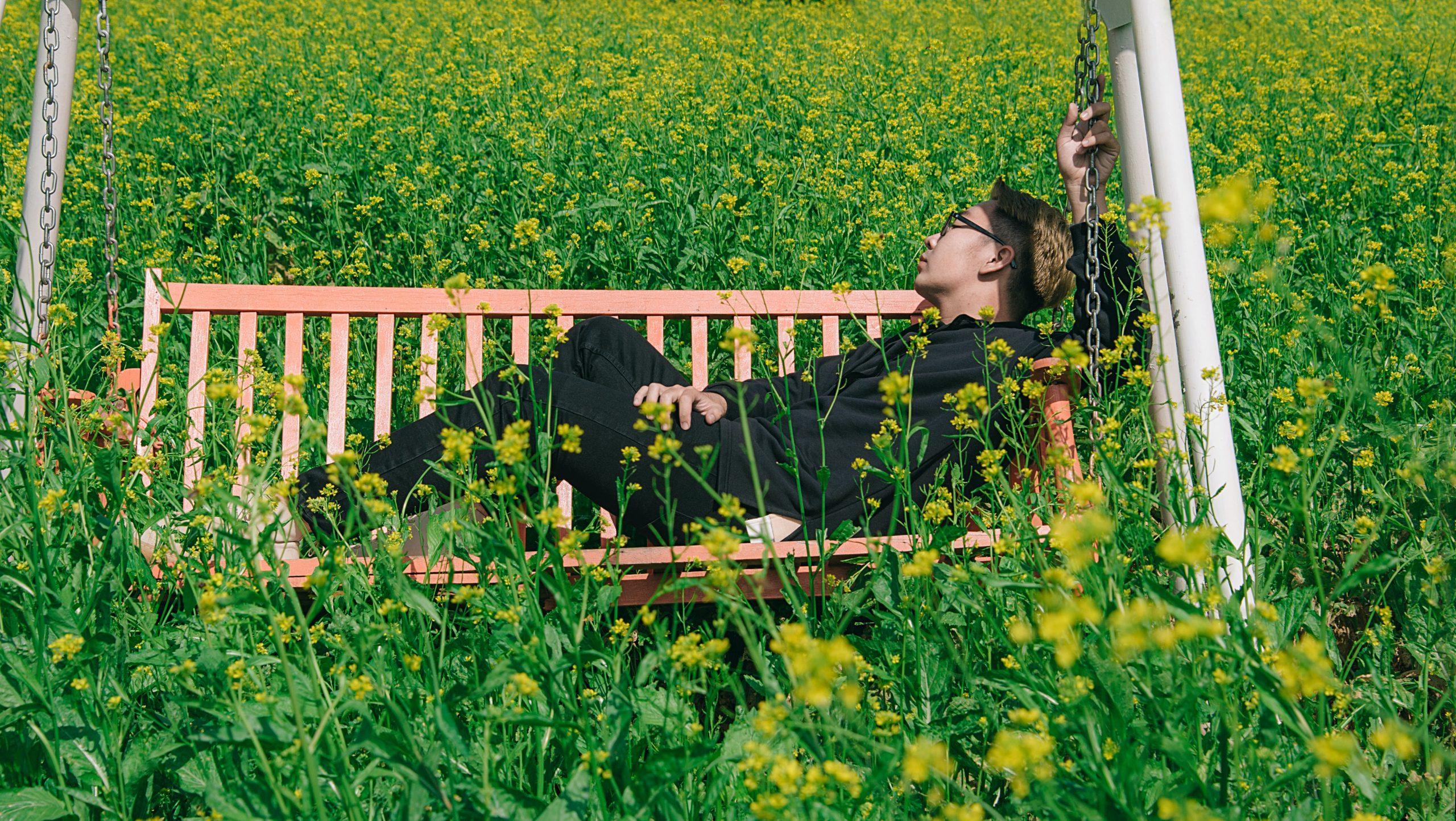 Huśtawki ogrodowe dla dorosłych i dla dzieci – dlaczego uwielbiamy huśtawki?